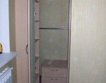 шкаф для детской комнаты с небольшой тумбой внутри